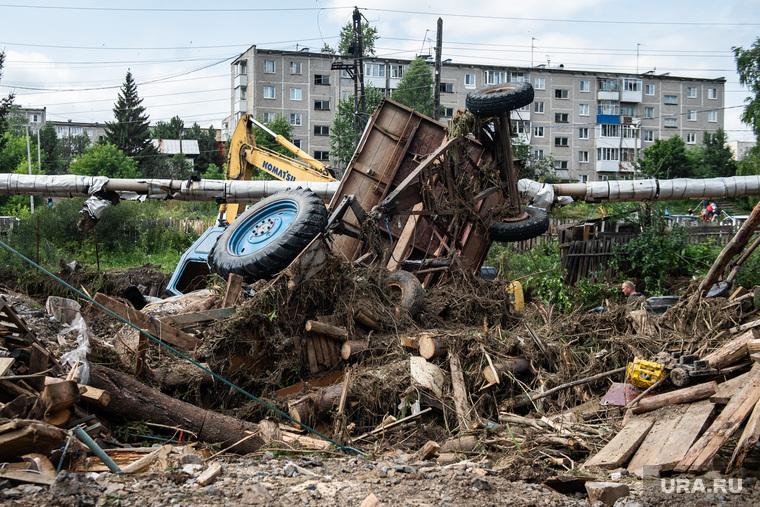 Последствия паводка в городе Нижние Серги. Свердловская область, трактор, нижние серги, ликвидация, паводок, наводнение, потоп, разрушения, разрушение жилого дома, подтопление, город нижние серги