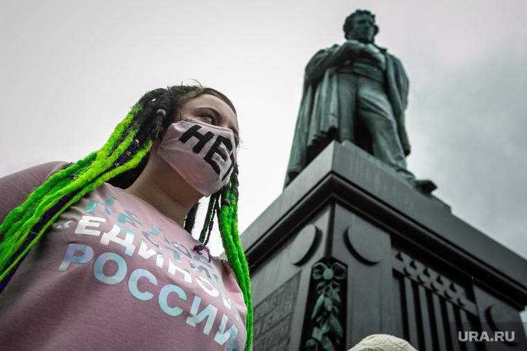 Несанкционированная акция на Пушкинской площади в Москве. Москва, памятник пушкину, пушкинская площадь, несанкционированный митинг, студенты, дождь, молодежь, протесты, нет поправкам в конституцию