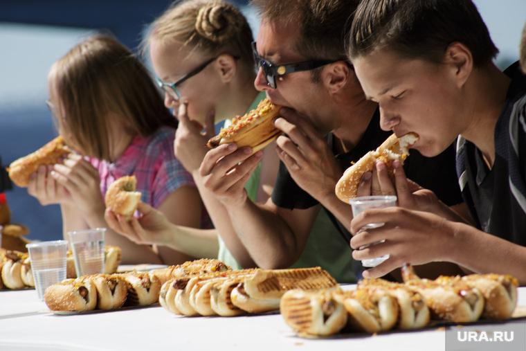Конкурс по поеданию хот-догов. Пермь, хот-дог, вредная пища, вредная еда, еда, фастфуд