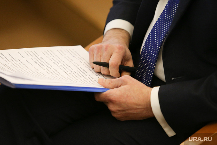 Заседание областной думы. Курган, бумаги, документы, руки депутата, подпись акта