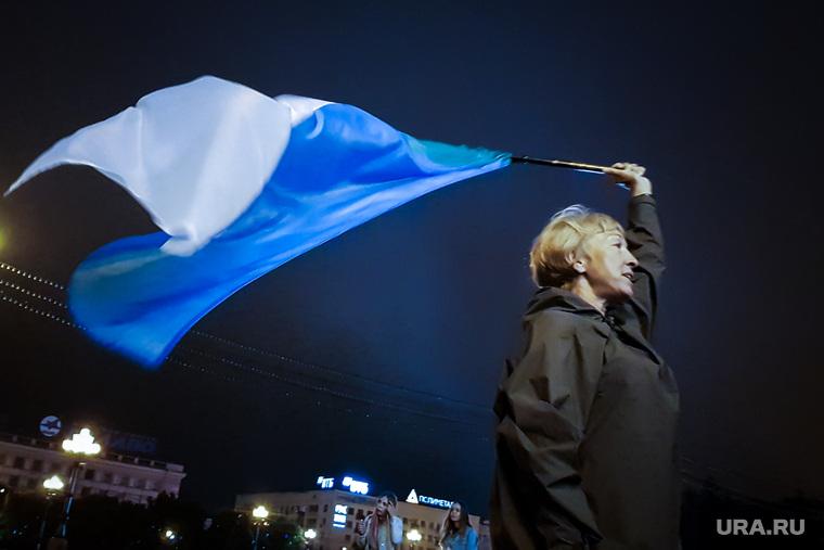 Несанкционированное шествие в поддержку Хабаровского губернатора Сергея Фургала, задержанного по подозрению в организации заказных убийств. Хабаровск, шествие, митинг, флаг хабаровска