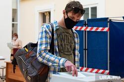 Подсчёт бюллетеней голосования по поправкам к Конституции на избирательном участке №1242. Екатеринбург