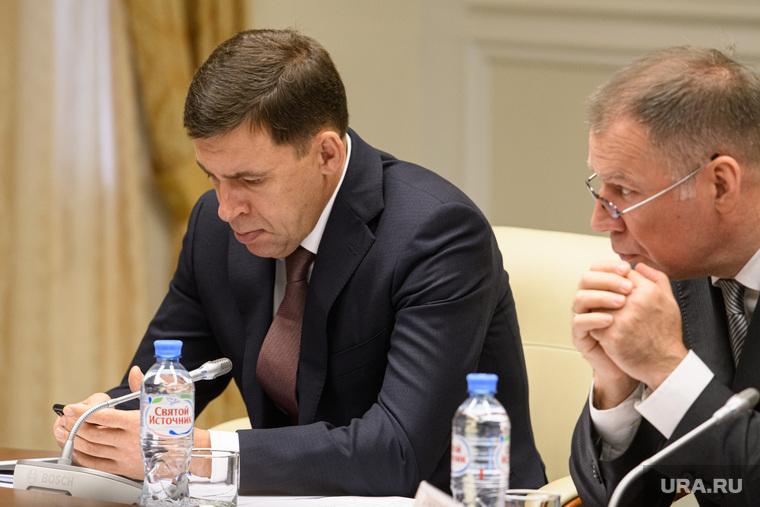 Совещание по ЖКХ в полпредстве по УрФО. Екатеринбург, куйвашев евгений, смотрит в телефон
