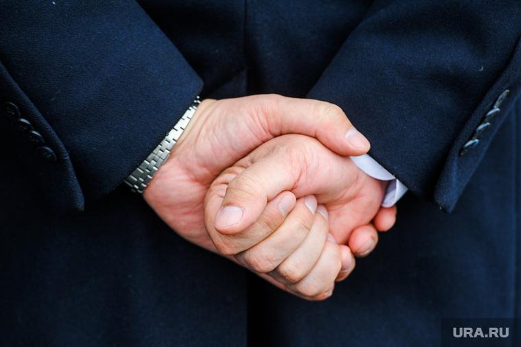 Открытие многофункционального центра по предоставлению госуслуг. Челябинск, чиновник, руки за спиной, кулак
