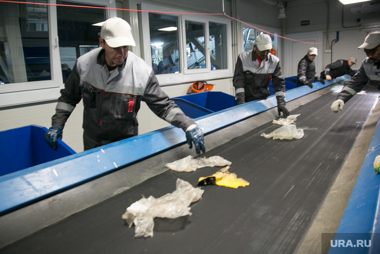 Пресс-тур на мусоросортировочный завод. Тюмень, конвейер, сортировка мусора, рабочие, мусоросортировочный завод, тэо, мусорная реформа, отбросы, сортировка тбо, сортировочная линия