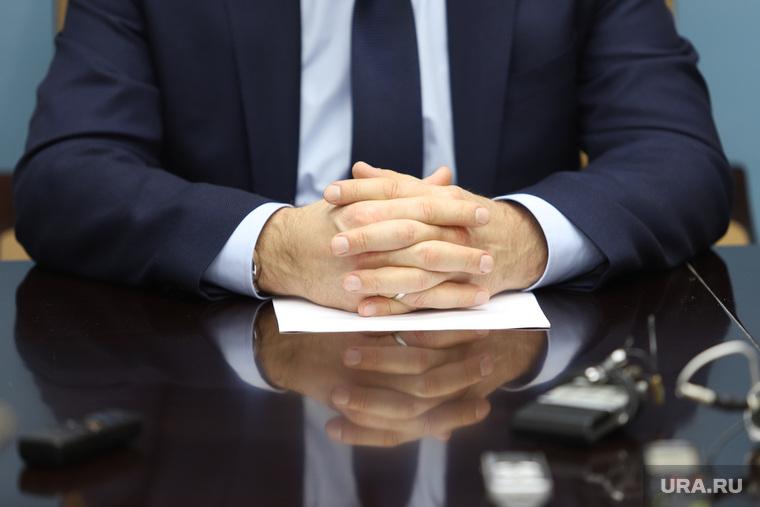 Брифинг врио губернатора Курганской области Шумкова Вадима со СМИ, депутат, бизнесмен, сложенные пальцы, руки