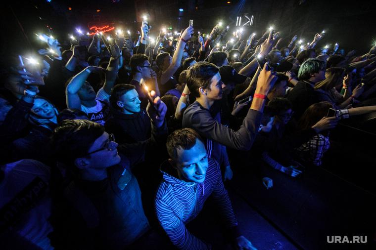 Концерт рэпера Гнойного в Доме Печати. Екатеринбург, концерт, дом печати, представление, снимают на телефоны, толпа
