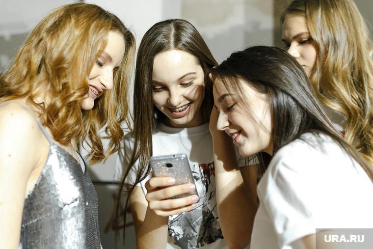 Показ Art Platform fashion fest (11 сезон) г. Екатеринбург, девушки, смотрят в телефон