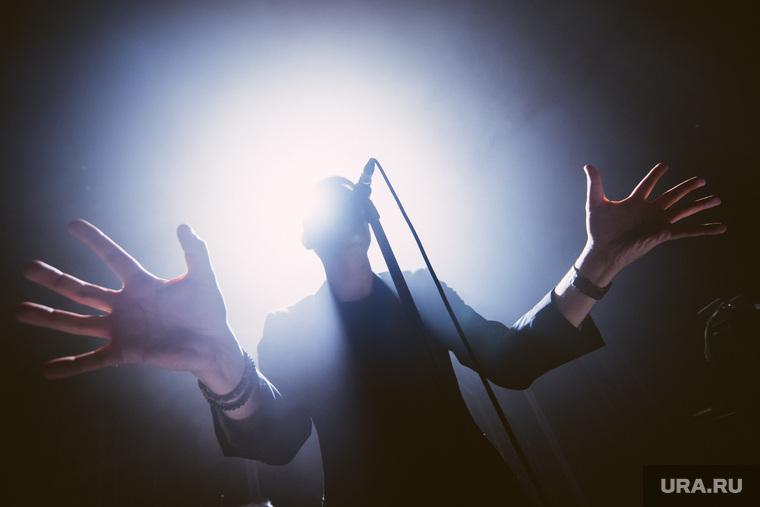 Концерт группы Tesla Boy в «Доме Печати». Екатеринбург, концерт, микрофон, дом печати, вокал, tesla boy, певец, руки