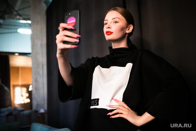 Показ коллекций модной одежды. Арт-простоанство ANGAR. Тюмень, модели, модель, селфи, показ дизайнерской одежды, мода, показ мод, красивые девушки