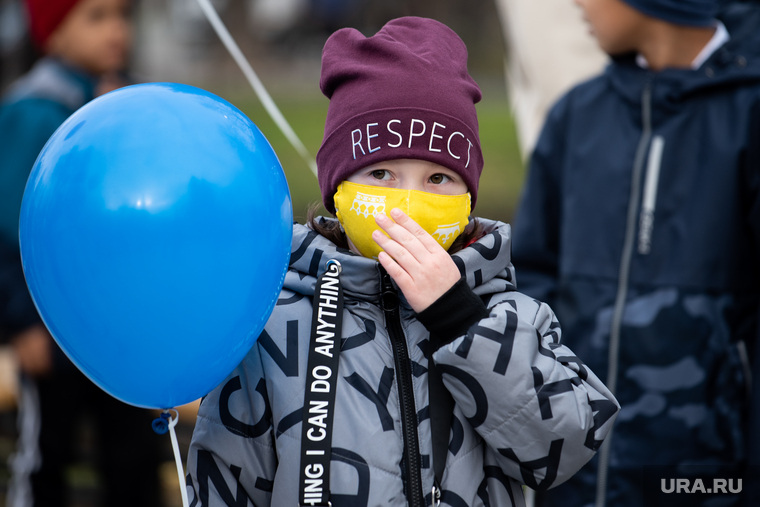 Торжественное открытие после реконструкции сквера на проспекте Орджоникидзе. Екатеринбург, ребенок, девочка, защитная маска, маска на лицо, ребенок в маске