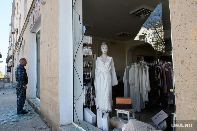 Последствия ночного обстрела Степанакерта. Нагорный Карабах, манекен, город степанакерт, разбитая витрина