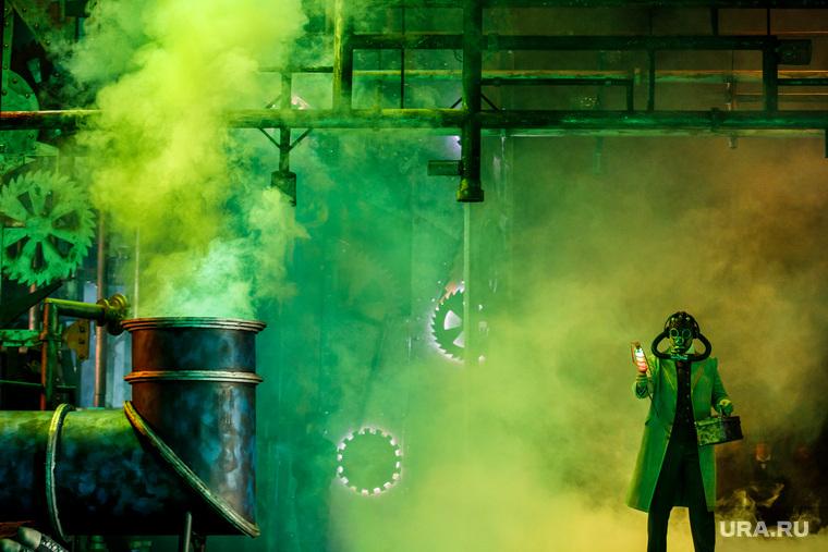 Генеральная репетиция новой постановки оперы «Волшебная флейта». Екатеринбург, заражение, химия, противогаз, газы, ядовитый газ, зеленый дым, экология