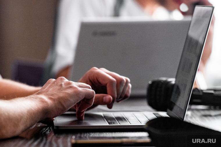 Работа за компьютером. Иллюстрации. Екатеринбург, ноутбук, интернет, apple, работа, макбук, фриланс, компьютер, эпл, онлайн, удаленная работа, удаленка, macbook