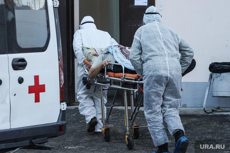 Работа фельдшеров скорой помощи в условиях коронавирусной инфекции на территории городской больницы №2. Курган, пациент, носилки, защитный костюм, скорая помощь, фельдшер, covid19, коронавирус, пандемия коронавируса, средства защиты