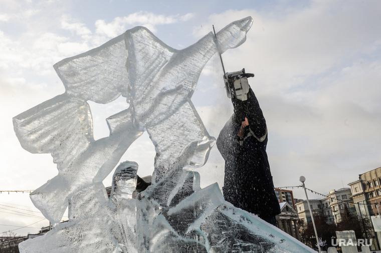 Демонтаж скульптуры Гуси-лебеди в Ледовом городке. Челябинск