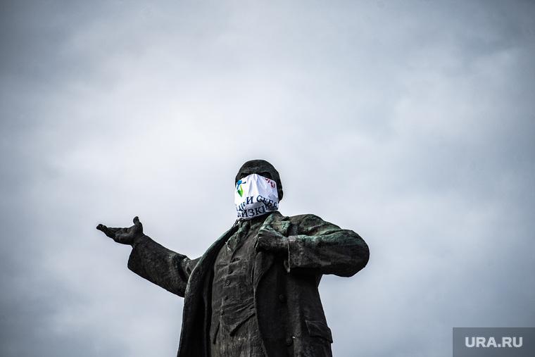 Памятники Екатеринбурга в медицинских масках. Екатеринбург