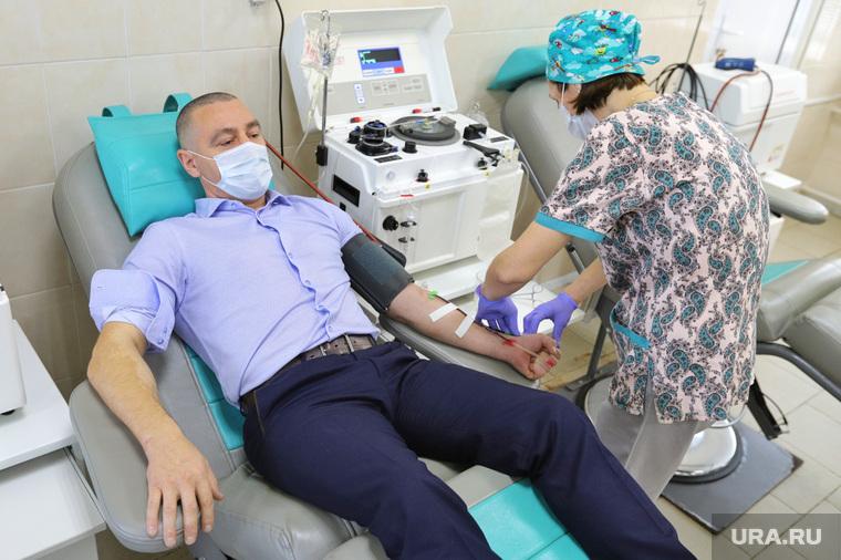 Депутат областной думы Александр Ильтяков в центре переливания крови. Курган