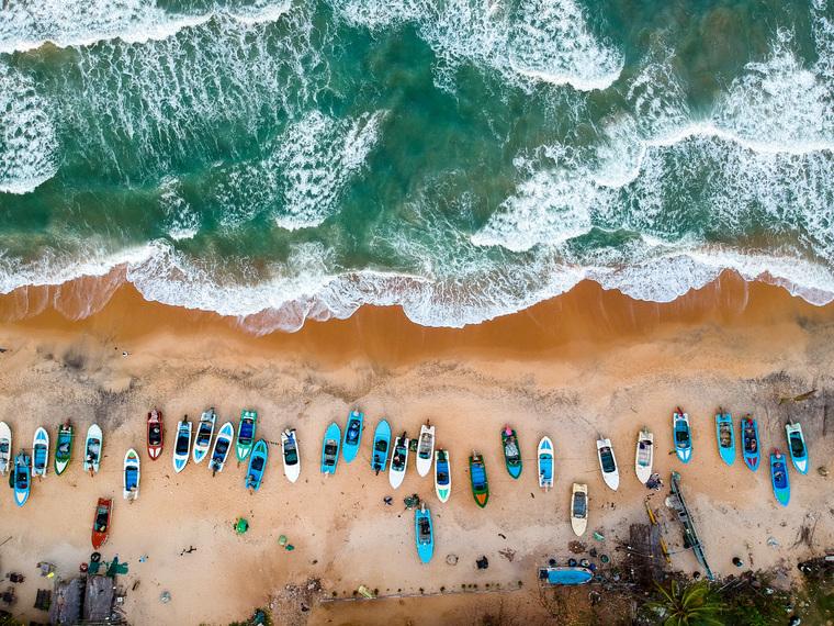 Клипарт unsplash.Tomáš Malík, море, туризм, побережье, пляж, курорт, отпуск, волны, океан, отдых, лодки, вид сверху, путешествие