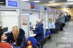 Родители подают документы в МФЦ на поступление детей в первый класс. Екатеринбург