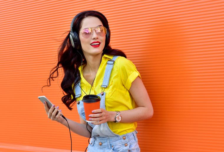Клипарт depositphotos.com, наушники, гаджет, девушка с телефоном, мобильный телефон