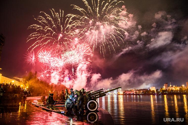 Праздничный фейерверк на День Победы. Екатеринбург, салют, артиллерийское орудие, фейерверк