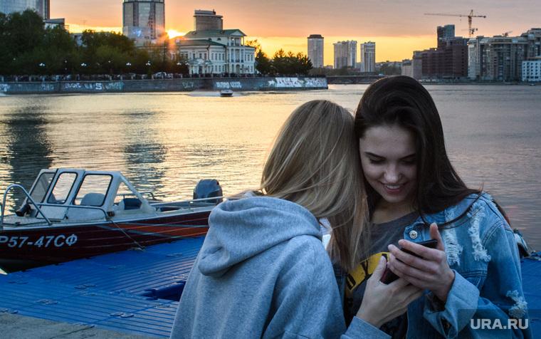 Виды Екатеринбурга, девушки, подруги, закат, вечер, молодежь