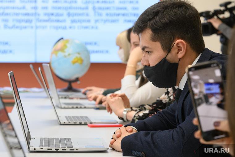 «Географический диктант» в УрГПУ. Екатеринбург, маска на лицо, масочный режим, работа за компьютером, современное образование