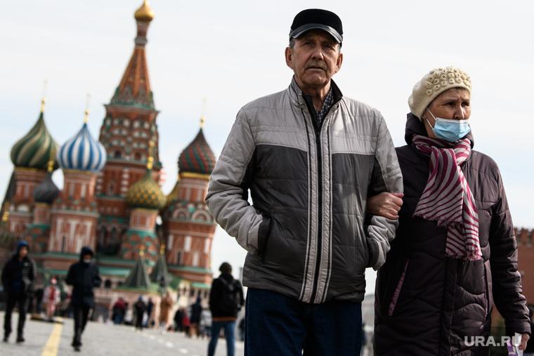 Виды Москвы, храм василия блаженного, прогулка, пожилая пара, город москва, пенсионеры на прогулке, красная площадь, туристы, туризм, маска на лицо, масочный режим, одноразовая маска