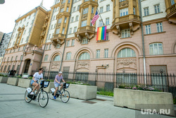 Флаг ЛГБТ на посольстве Соединенных Штатов Америки. Москва