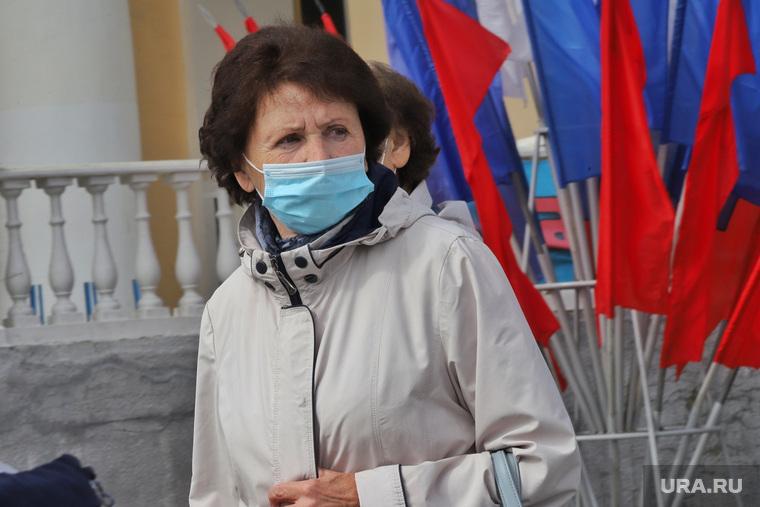 День города.  Курган , женщина, медицинская маска, триколор, флаги, масочный режим, пандемия коронавируса