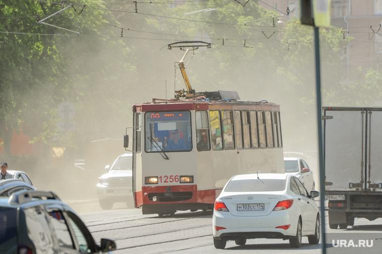 Дорожная обстановка. Пыль и дым в городе. Челябинск, пыль, жара, лето, улица цвиллинга, дорога, трамвай, экология, пыльная буря