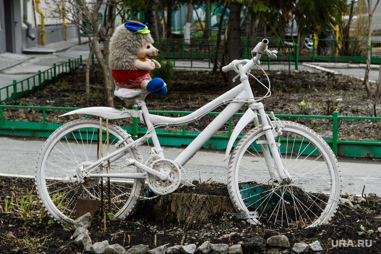 Двадцатый день вынужденных выходных из-за ситуации с CoVID-19. Екатеринбург, детская игрушка, велосипед, украшение двора