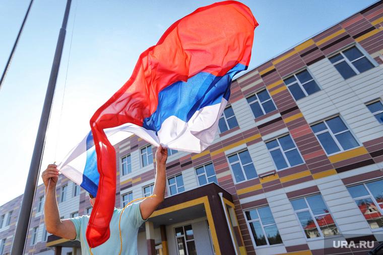 Монтажные работы по установке государственного флага на территории новой школы в Кетово. Курган, флаг, кетово, новая школа, школа, флаг россии