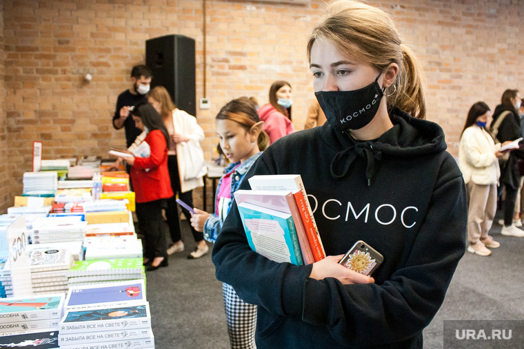Распродажа книг. Тюмень, чтение, люди в масках, чтение книг, люди в медицинских масках