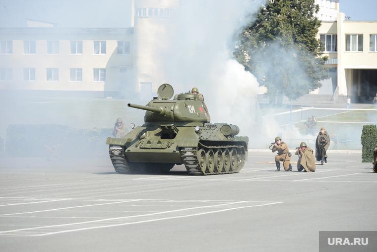 День 90-й гвардейской танковой дивизии в Чебаркуле, танк т-34, реконструкция боя