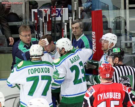 Главный тренер российских хоккеистов Вячеслав Быков в шоке от случившегося в Екатеринбурге. Во время супер-матча произошел кошмарный инцидент