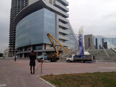 В Екатеринбурге изуродован 10-метровый памятник Ельцину: облили краской, разбили мраморные буквы. Место преступления оцепила полиция