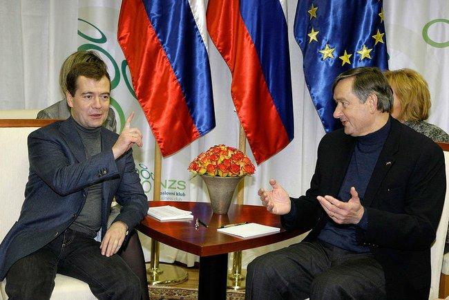 Медведев во время перерыва в матче Россия–Словения серьезно поговорил с президентом Словении. О чем договорились главы государств