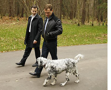 Американские журналисты похвалили джинсы Медведева и назвали его «властным бунтарем»