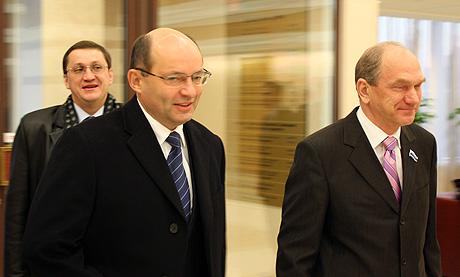 Будущий губернатор не стал общаться с прессой и стремительно прошел вместе с Ворониным в лифт