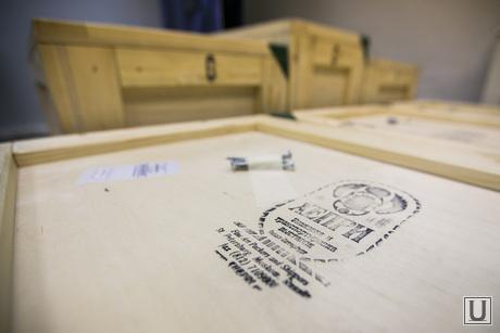 Подготовка выставки гравюр