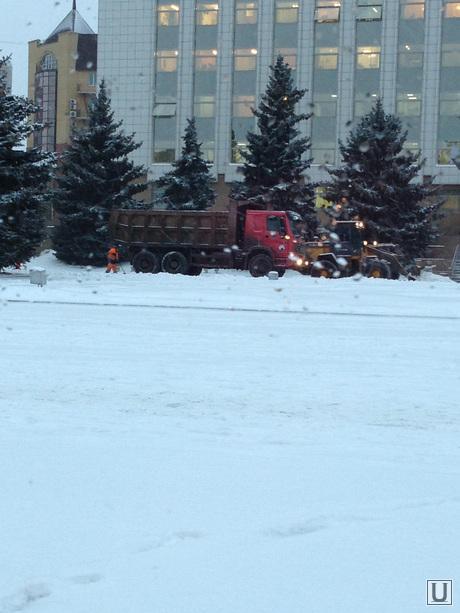 Снег чистят под окнами городских чиновников, Снегопад, техника
