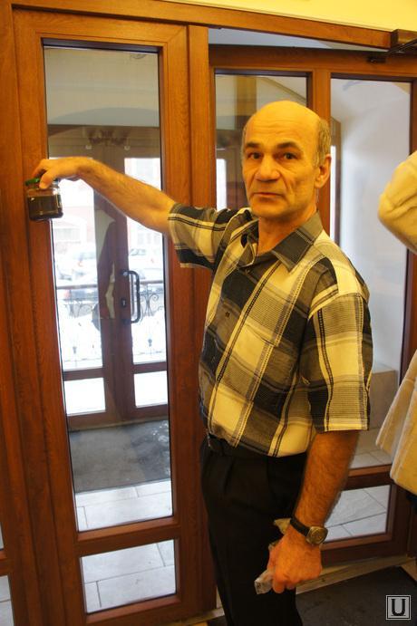 Прием граждан Пермь, человек с какашками