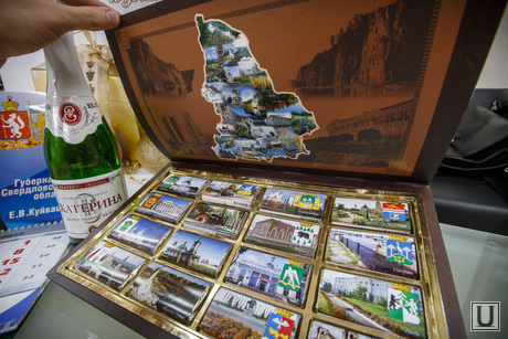 Подарки на НГ от губернатора Свердловской области Евгения Куйвашева. Екатеринбург, свердловская область, коробка шоколада