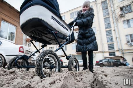 Снег в Екатеринбурге. Уборка города., неубранный город, снег в городе, грязный снег, мама с коляской