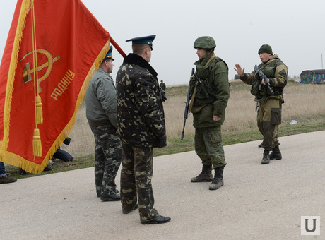 Безоружные украинские военные встретились с Российскими. Переговоры.Севастополь. Аэропорт Бельбек, знамя, армия, военные, солдаты, переговоры