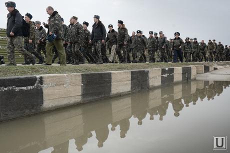 Безоружные украинские военные встретились с Российскими. Переговоры.Севастополь. Аэропорт Бельбек, колонна, армия, военные, солдаты, рота