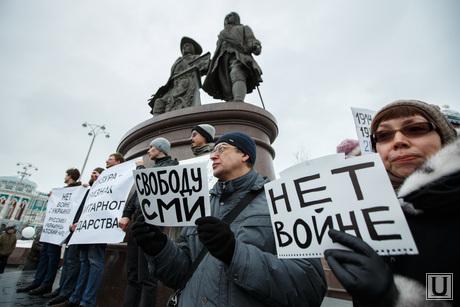 Пикет за мир у памятника Татищеву и Де Генину. Екатеринбург, пикет, нет войне, митинг, свободу сми