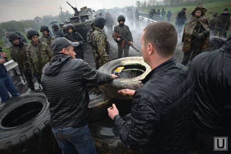 Гражданские блокируют военную технику между Краматорском и Славянском. Украина, баррикады, противостояние, блокирование военной техники, возведение